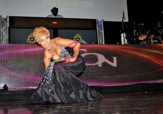 GIST-PHOTO: Tonto Dikeh falls on stage at Iyanya's concert in London